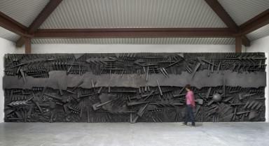 Le battaglie, 1995 fiberglass con polvere di grafite, 320 x 1200 x 65 cm (foto Dario Tettamanzi)