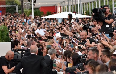 The crowd gathered to greet George Clooney. © ph. Andrea Paoletti