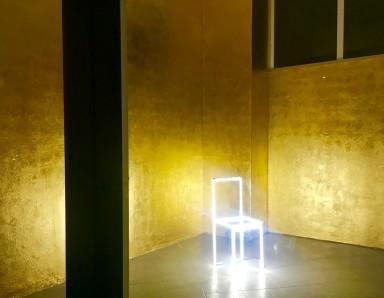 Gold room_Massimo Uberti_neon_gold leaves_minimal chair4