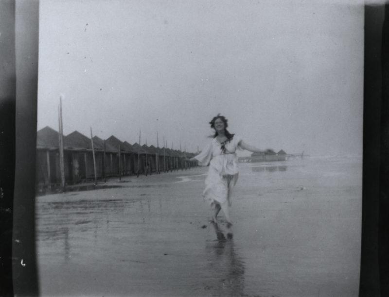 Isadora Duncan sulla spiaggia a Venezia_1903 or 1905_Mart_Isadora Duncan