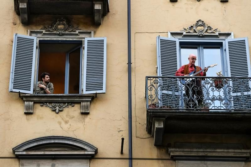Italy-Coronavirus-Balcony-Flash-Mob