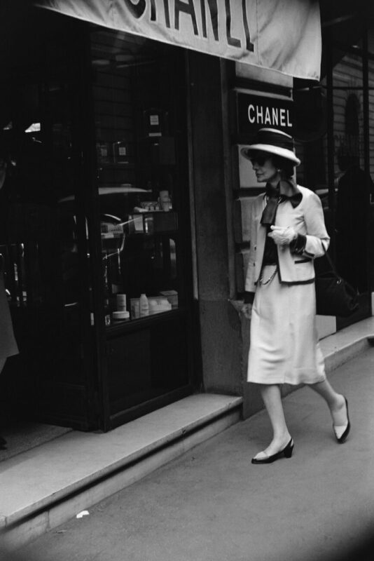 Chanel Eyewear Goes Viral_Mademoiselle Chanel in front of the boutique 31 rue Cambon