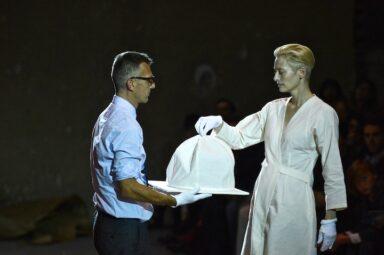 Tilda Swinton and Olivier Saillard, performance The Impossible Wardrobe Parigi Palais de Tokyo_Photo Piero Biason
